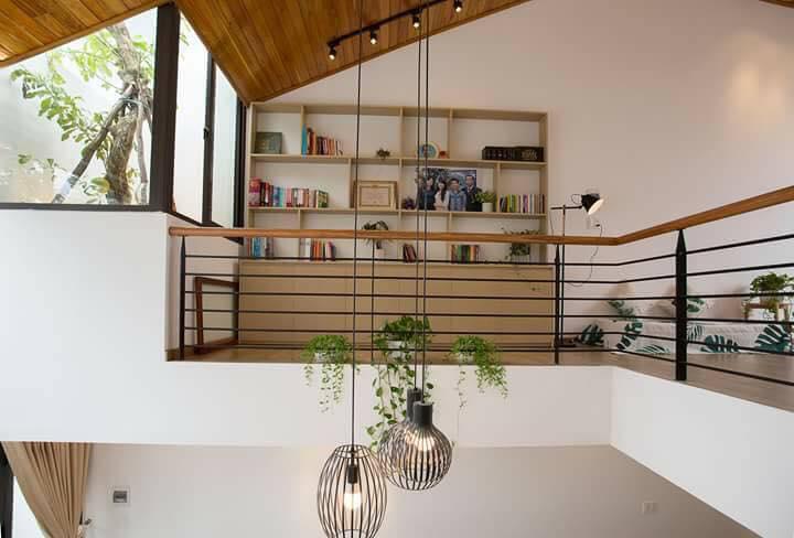 Trần nhà được ốp gỗ trang trí bằng đèn thả trần tạo điểm nhấn